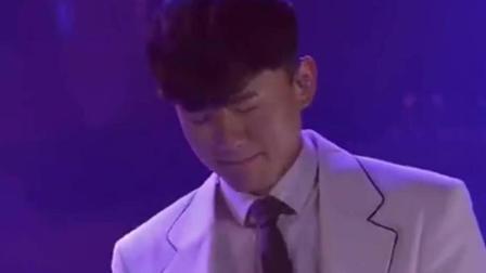 张杰洛杉矶演唱会现场演唱《他不懂》, 动情至深, 温情落泪
