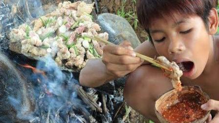 7岁兄弟野外生存, 午餐石板烤里脊肉, 哥俩吃的满嘴流油