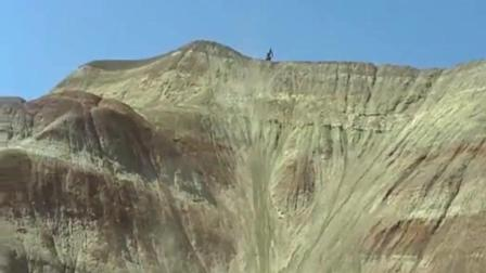 老外人少是有原因的! 牛人骑摩托车到底有多牛, 越过几乎90度陡坡