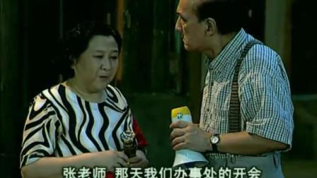 街坊邻居:张大爷在嘉陵巷进行夜间喊话,累了幺婶贴心送上润喉糖