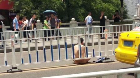 男子在车顶上激动脱衣 全裸车流里逆向奔跑