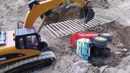翻斗车宝贝装的太多过桥翻车 挖掘机用绳子帮忙给吊了起来 挖掘机救援 挖掘机施工