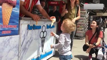 小朋友为了吃一口土耳其冰淇淋, 也是不容易, 笑了我半天