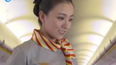 空姐送餐时, 看到乘客戴着手铐, 空姐接下来的举动令所有人感动!