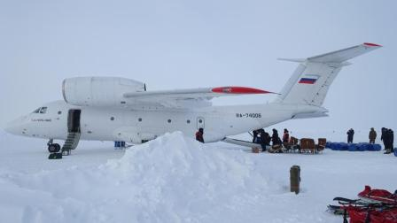 扛着两具发动机, 能在南北极冰盖随意起降的安-74运输机