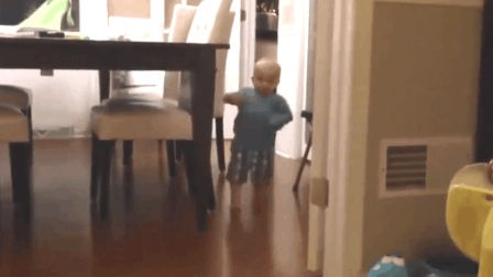 宝宝刚学会走路, 从厨房跑向爸爸的时候, 发生的一幕让宝妈看愣了