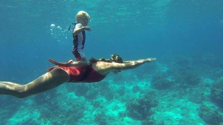 别人家的孩子! 2岁, 世界最年轻自由潜水者