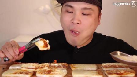 韩国小哥吃烤芝士, 沾上辣酱就开吃