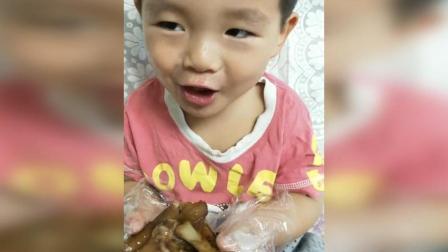 三四岁宝宝大口啃猪蹄,吧唧吧唧真好吃,宝宝好可爱啊!