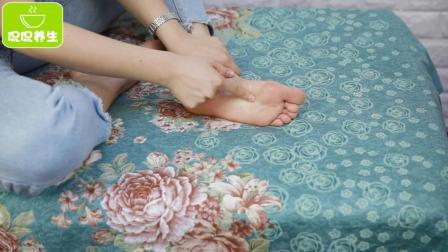 脚底减肥最容易, 刮拭这里5分钟, 一周排出宿便油脂