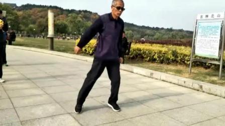71岁鬼步舞网红大爷又火了, 这舞步真是百看不厌