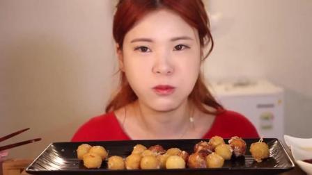 美女姐姐吃奶油芝士球, 一口塞一个, 看着好过瘾