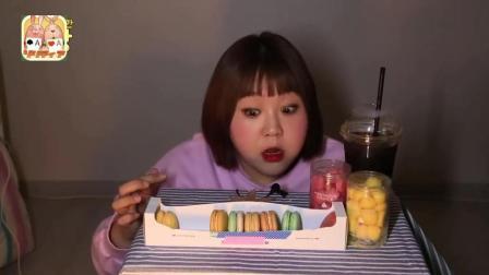 韩国大胃王杨慧, 半夜起来偷偷摸摸吃马卡龙, 吃起来太开心了, 差点被家人发现!