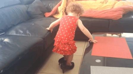 宝宝无意间翻出妈妈的高跟鞋, 接下来的一幕, 让回家的爸妈看愣了