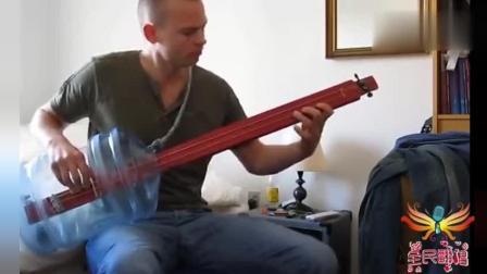 战斗民族用矿泉水桶和木棍制作一把吉他 弹起来还很好听