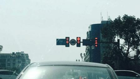 红灯右转, 新手司机通过被扣了6分, 老司机却没事, 什么原因?