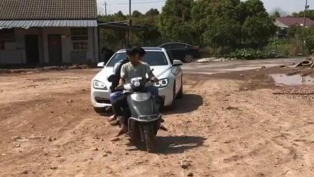 搞笑视频: 宝马车与电动车的较量, 结局翻转