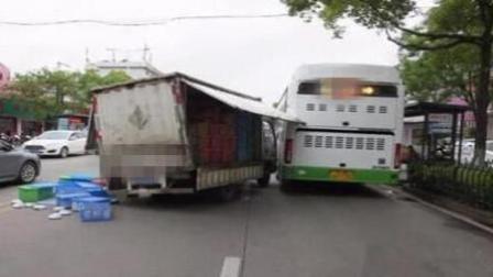 货车厢门敞开行驶 公交车惨被切