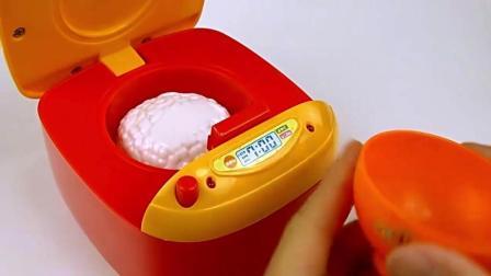粉红小猪妹用面包超人电饭煲煮饭, 加入香香的配料, 米饭好美味啊!