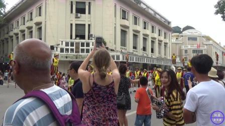 中国人在越南, 看德国人表演中国的踩高跷, 感觉怪怪的!