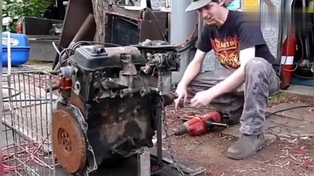 实拍男子用电钻启动老式发动机, 手抖动太厉害!