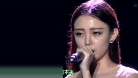 美女台上演唱《一生所爱》突下暴雨, 观众无一离场, 唱的太好听了