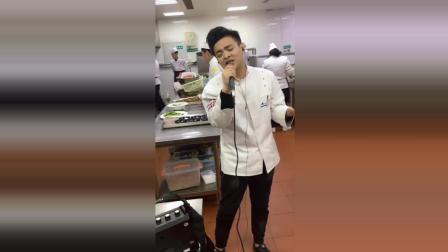 厨房里的歌者, 为什么看着有点心酸呢?