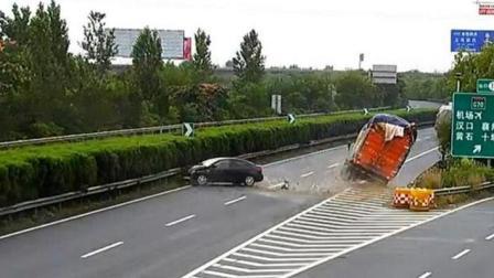 惊险! 小车错过高速出口急停倒车, 遭后方货车猛烈撞击