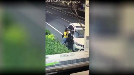 男子驾车故意碾压行人, 围观群众抬车救人!