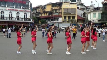 看到越南的小姐姐们在跳舞, 我忍不住停下脚步来欣赏!