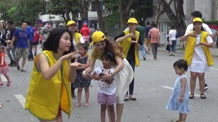 为了教会黑人小妹妹跳舞, 越南小姐 姐们真是太用心了!