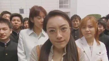 日本女老师在男人间穿梭, 看到了有趣的东西