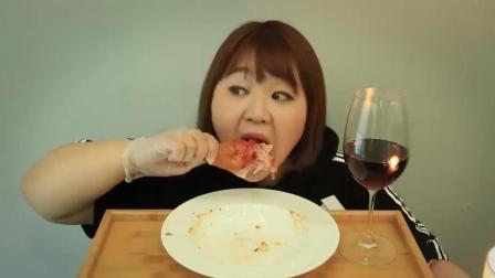 胖妹妹吃一大个鸡腿, 大口大口的啃下去, 太过瘾了!