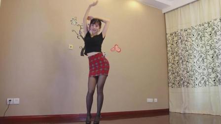 虽然动作放不开, 不过表情很认真! 国内妹子跳韩舞