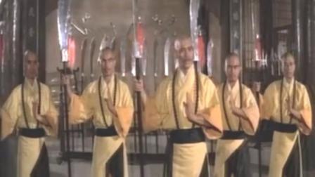 男子闯入少林寺,引发少林兄弟们大打出手,竟吓得他躲到柱子上!