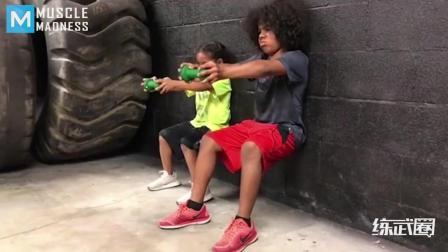 职业拳手从小训练孩子练武, 这两兄妹长大了可不得了!