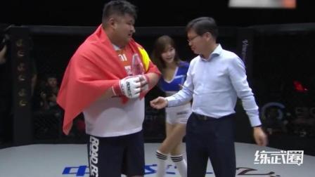 韩国拳手开场挑衅中国小胖, 最后被暴揍一顿KO!