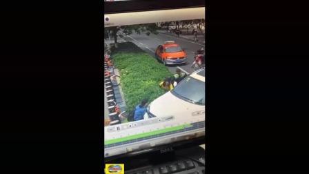 男子丧心病狂, 将女子撞压车下, 多亏众人抬车相救