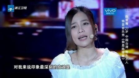 街头艺人陈曼青表演钢琴弹唱 惋惜自己没上过大学