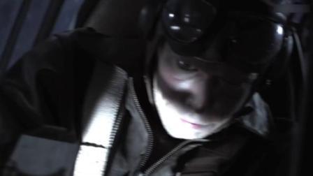 战士太聪明了,用探照灯干扰飞行员视线,趁机发动进攻