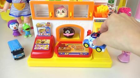 变形警车珀利和小巴士去买好吃的汉堡!