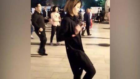 短发气质美女领跳广场舞《盗心贼》 那舞步动作美美哒