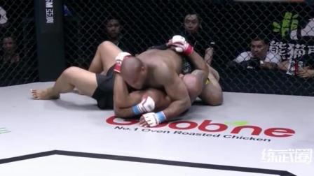 拳手遭遇十字固后不愿认输, 结果被直接掰断了!