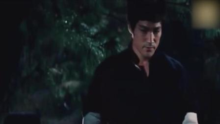李小龙在墓地里吃烧烤, 雄鹰一样犀利的眼神, 让人闻风丧胆!