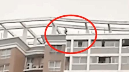 男子跳楼轻生纵身跃下21楼 场面触目惊心 围观群众惊声大叫