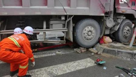 电动车女司机别货车碾压的一瞬间, 下一秒做出的行为竟救了自己一命?