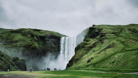 河流从断崖处倾泻而下 水帘后藏着一条路