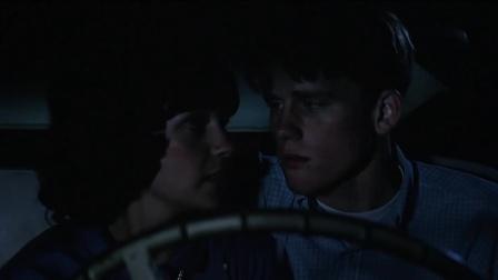 《美国风情画》斯蒂文和女朋友在车里亲热结果又吵起来