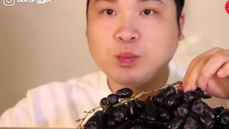 韩国大胃王天生吃货, 吃超多的蓝宝石葡萄, 一串串撸着吃