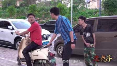 小伙子骑车逆行玩手机, 撞人后想跑, 结果路人伸出援助之手